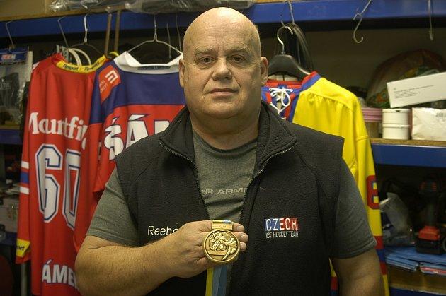 MEDAILI UŽ MÁ. Jiří Šrámek má za sebou už účast na třech světových šampionátech hokejistů do 18 let. V roce 2006 ze Švédska si dokonce přivezl bronzovou medaili. Nyní se vydává opět do Švédska, tentokrát s mužstvem do 20 let. Že by pro další cenný kov?