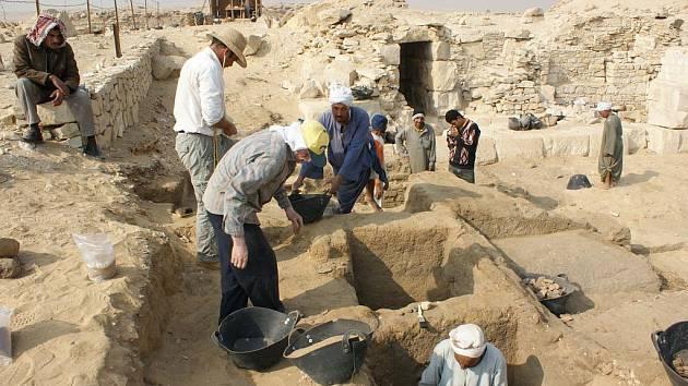 Výzkum v Egyptě. Jaromír Beneš si každé místo pečlivě fotografuje. Takto zdokumentoval archeologické práce v Abusíru.