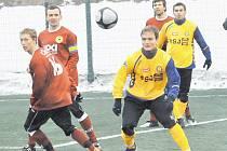 FC Písek proti Jihlavě zkoušel i Tomáše Pechara z Vyšehradu, jenž na snímku je vlevo v souboji s jihlavským Simrem.