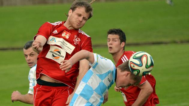 Michal Šonka (vlevo) a Radek Peleška v hlavičkovém souboji v Týně, kde Olympie porazila Blatnou 2:1.