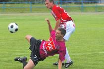 24letý Michal Mašát (na snímku z utkání se Žižkovem padá v souboji s Radkem Pilařem) odvedl na turnaji v Milevsku dobrý výkon.