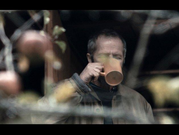 Portrét písničkáře Jiřího Smrže, držitele dvou cen Anděl, (na snímku na chalupě) natočil jako krátký dokument Tadeáš Bognár, student Filmové akademie Miroslava Ondříčka v Písku.