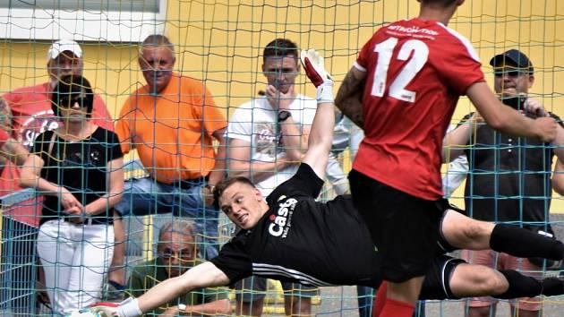 Ve druhé i třetí lize už jihočeské týmy o víkendu hrát nebudou, ale v divizi a v krajských soutěžích vrcholí sezoně zápasy posledního kola. Na snímku je v akci písecký brankář Kamil Hajdušek.