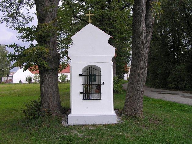 Jedna ze dvou opravených kapliček, o které se postaralo město České Budějovice, stojí v Českém Vrbném  nedaleko výpadovky na Písek.