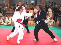 Magda Pelechová (na snímku poráží soupeřku z Německa) získala v Kralupech dvě zlaté a jednu bronzovou medaili.