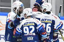 Hokejisté Komety Brno slaví vítězství nad Motorem.