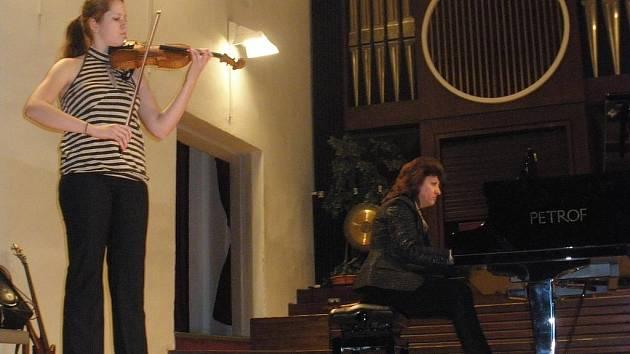 Houslistka Radka Slaninová a klavíristka Eva Mezerová při koncertě pro Charitu.