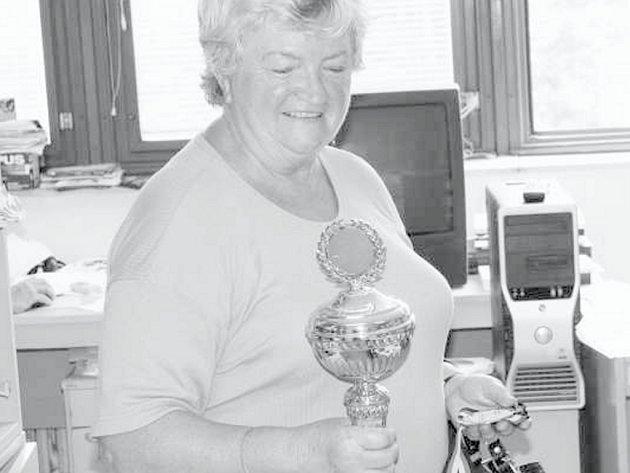 Stálice jihočeského stolního tenisu Božena Lerchová se s vervou pouští do bojů o body v kategorii veteránů. Ze stříbrného poháru za 2. místo na MS družstev měla velkou radost.