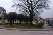 Socha svatého Jana stojí na náměstí Petra Bezruče. Příští rok by na tomto náměstí měla vzniknout i autobusová zastávka.