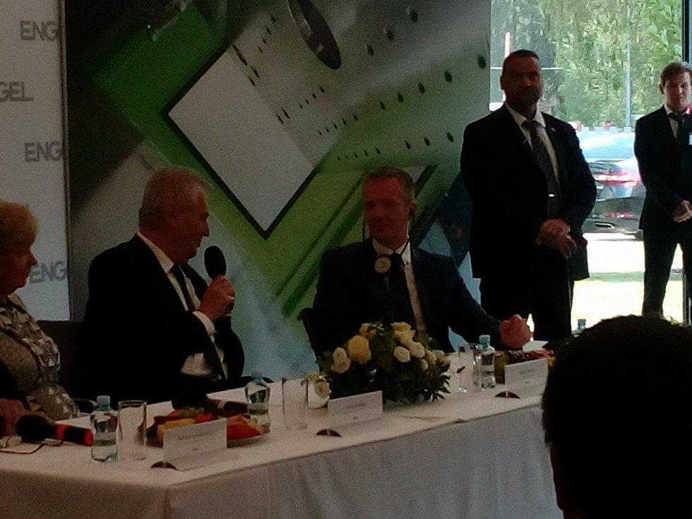 Prezident při besedě se zaměstnanci společnosti Engel strojírenská.