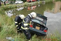 Z požární nádrže v trhosvinenské Dělnické ulici vytahovali hasiči vozidlo BMW. Nedělní neobvyklý zásah trval asi půl hodiny.