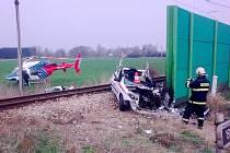 Těžké zranění hlavy a dolních končetin utrpěl 40letý řidič peugeotu, který v úterý vjel pod nákladní vlak v Holkově.