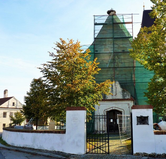 Oprava střechy kostela vDubném.