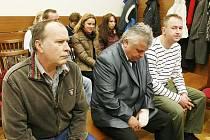 Trojice obžalovaných policistů u soudu.
