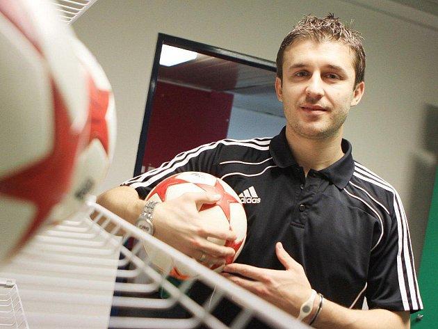 Riste Naumov a fotbalový míč, to se rýmuje.
