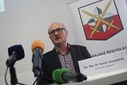 Mimořádná tisková konference k dvojnásobné vraždě v Horusicích na Táborsku. Na snímku vrchní vyšetřovatel Roman Hospodářský.