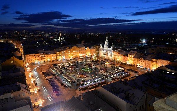 Kulturní program adventu vČeských Budějovicích nabídne Blue Effect iDen se Šlágr TV. Na loňském snímku adventní trhy na českobudějovickém náměstí Přemysla Otakara II.