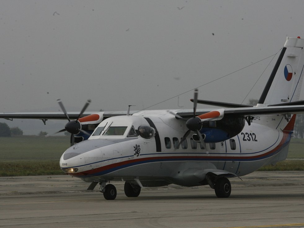 Letadlo, na jehož palubě možná propukla vysoce nebezpečná nákaza, je okamžitě po příletu nouzově odstaveno.