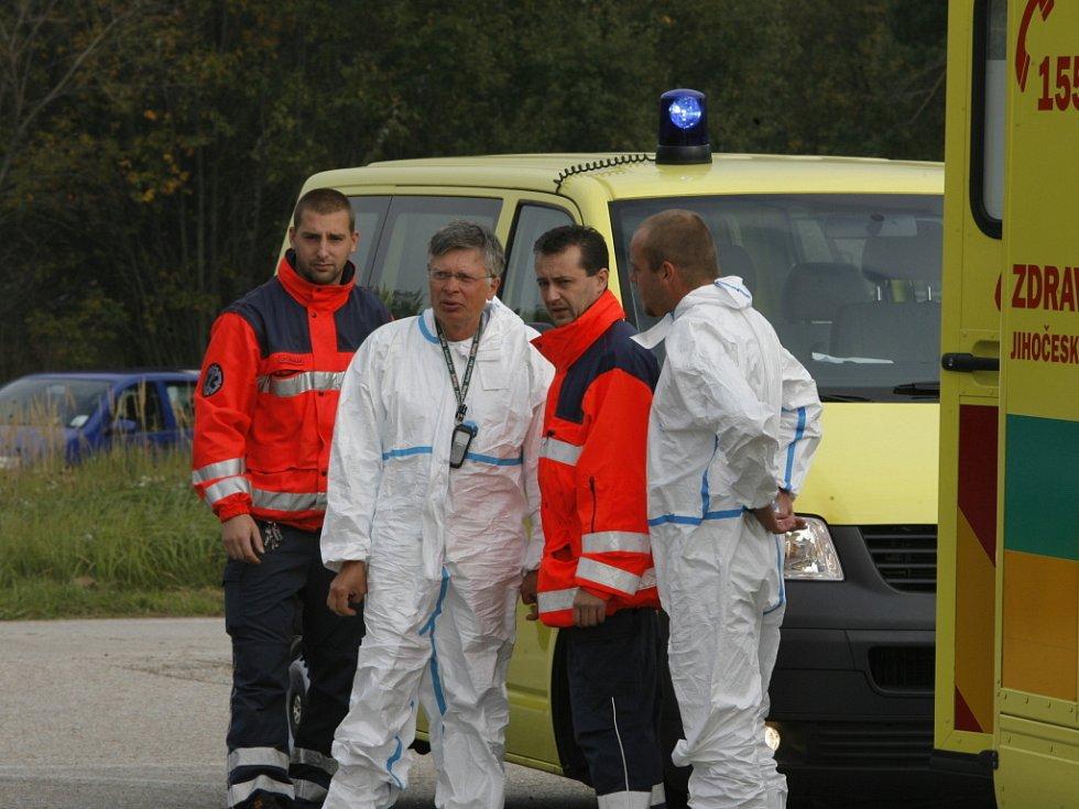 K zásahu je povolán Biohazard tým. Úkolem zdravotníků zakuklených v ochranných kombinézách bude zajištění a transport pacienta do izolace na infekčním oddělení českobudějovické nemocnice.