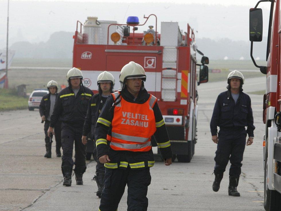 """Za okamžik se do akce zapojuje i hasičská jednotka. """"První skupina označí nebezpečnou zónu, druhá připraví dekontaminační stanoviště,"""" rozdáví úkoly velitel zásahu."""