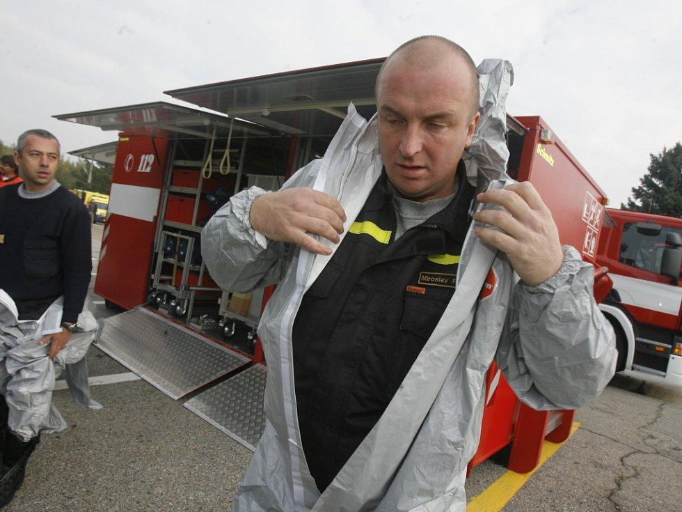 Ani hasiči od této chvíle neudělají jediný krok bez ochranných pomůcek. Riziko nákazy velí obléct kombinézy a nasadit dýchací přístroje.