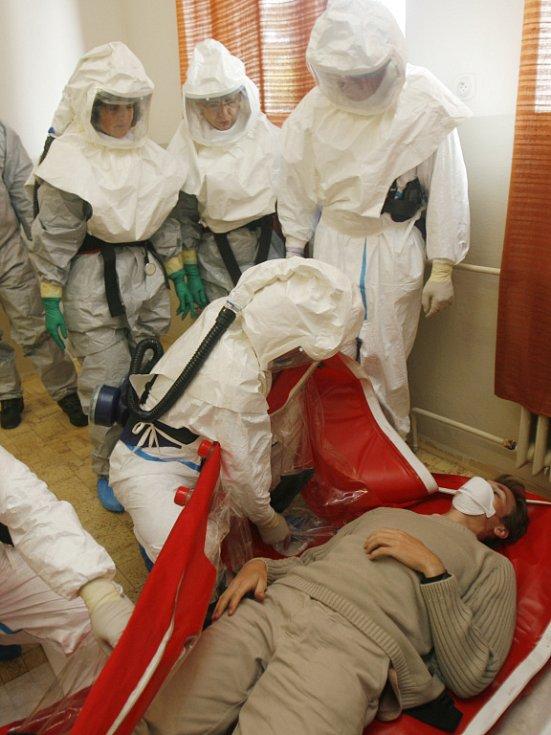 Cestu do nemocnice absolvuje pacient v důmyslném bivaku, do něhož jej zdravotníci právě ukládají.