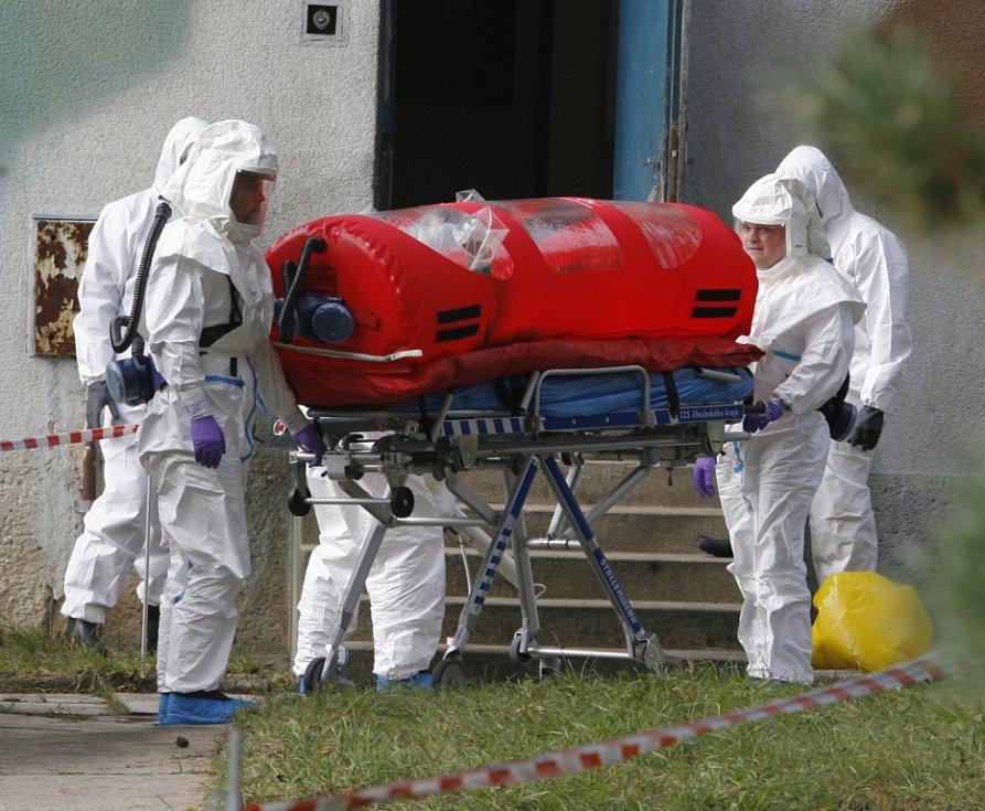 Bivak na cestě k sanitce. Pacient uložený uvnitř je dokonale izolován od vnějšího okolí a nemůže šířit nebezpečnou nákazu.