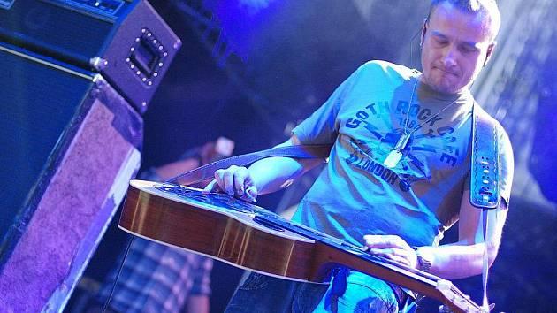 Václav Matas, který hraje jako host v kapele Divokej Bill na rezofonickou kytaru, jež se jmenuje dobro, provozuje v Českých Budějovicích kavárnu Segafredo se sídlem na náměstí Přemysla Otakara II.