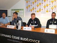 Novináře na tiskovce Dynama informovali (zleva) PR a Media manažer Aleš Strouha, generální manažer Martin Vozábal, hlavní trenér David Horejš a kapitán mužstva Jiří Kladrubský.
