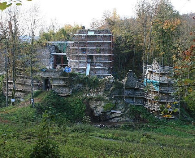 Opravují ruinu hradu.