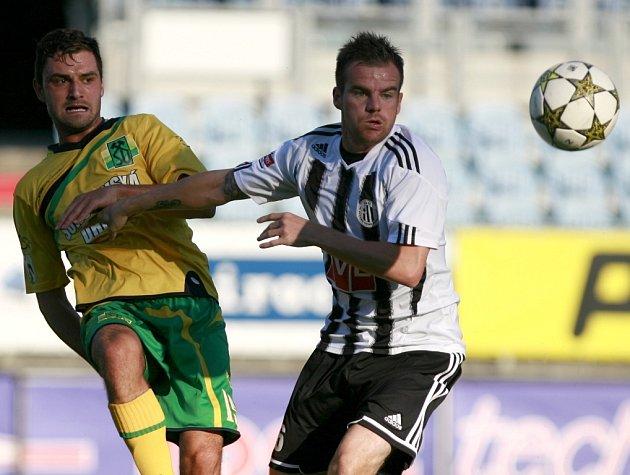 Proti Sokolovu se Dynamu nedařilo (na snímku vpravo Aleš Hanzlík v souboji s Davidem Čadou), napraví se reputaci v pohárovém Písku?