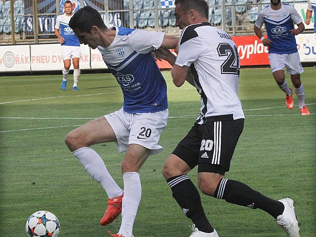 Jan Šimák v derby atakuje Petra Javorka.