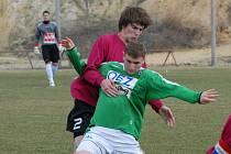 Bosňana Murise Mešanoviče, jenž dal juniorce Dynama oba góly, se snaží odzbrojit budějovický Martin Tischler.