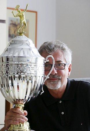 Zpívající právník Ivo Jahelka slaví 18.července 2014šedesáté narozeniny. Na snímku spohárem pro vítěze tenisového turnaje klubu Amfora.
