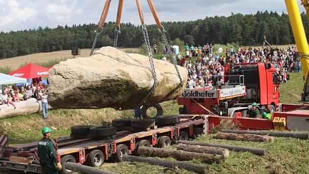 """Nový balvan pro areál """"Jihočeského Stonehenge"""" v Holašovicích dorazil."""