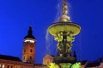V úterý po setmění měli obyvatelé Českých Budějovic poprvé po  delší opravě Samsonovy kašny možnost vidět, jak funguje nové osvětlení.