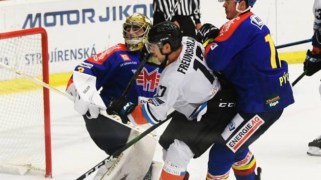 Na snímku z pátečního duelu na jihu Čech (4:3) brání kapitán Jihočechů Pavel Pýcha (vpravo) před gólmanem Jiřím Paterou hostujícího Freunschlaga.