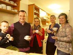 Usměvavý tým i skvělá káva čekají na všechny hosty českobudějovické kavárny Café Magnolia. Na snímku zleva Adámek Beier, Petr Beier, Veronika Beierová, Hana Hojerová, Eva Zídková.