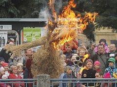 Ke Smrtné neděli se váže starý zvyk vynášení Morany. Lidé v průvodu nesou pryč z města či vesnice figurínu ze slámy symbolizující zimu. Nakonec ji zapalují a shazují do řeky.