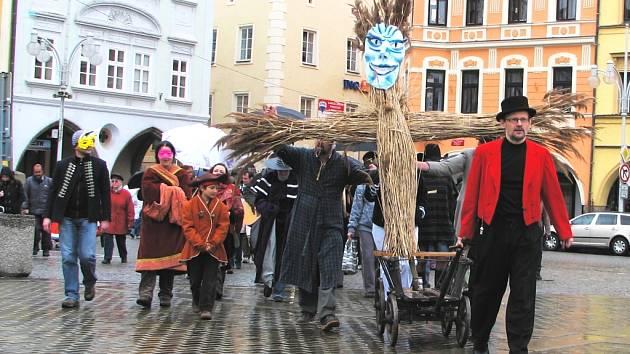 Na malém vozíku se vydala na svou symbolickou pouť Morana v Českých Budějovicích. V neděli vyrazili účastníci průvodu i v dešťových přeháňkách.