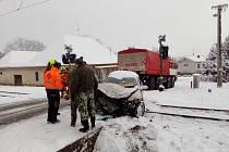 Střet osobního auta s vlakem na přejezdu v Kamenném Újezdu.