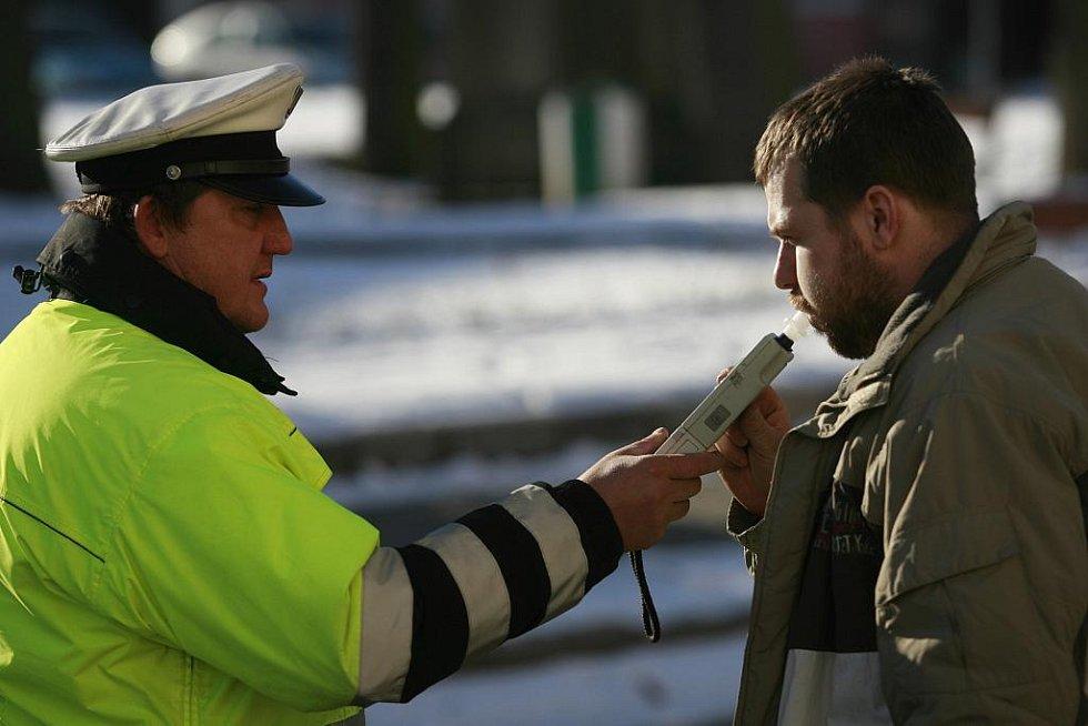 Strakoničtí dopravní policisté se 18. ledna  kolem poledne zaměřili především na technický stav a vozidel a kvalitu zimních gum řidičů projíždějících náměstím ve Volyni. Jihočeští policisté plánují zvýšené kontroly do neděle.