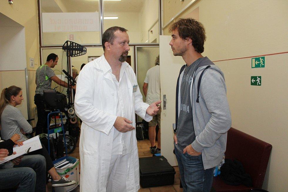 Režisér Jaroslav Soukup natáčí další díly Policie Modrava. Jako komparzista si v oblíbeném seriálu zahrál i redaktor Deníku Milan Kilián, jenž představuje lékaře na psychiatrii.