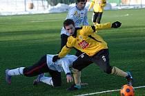 Michal Repa v přípravném zápase juniorky Dynama v Milevsku, kde budějovičtí mladíci vyhráli 2:0, uniká milevskému Dvořákovi.