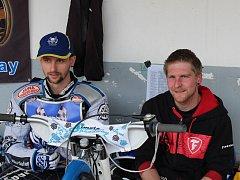 Zdeněk Simota (vlevo) se svým dvorním mechanikem a bývalým výborným závodníkem Janem Holubem.