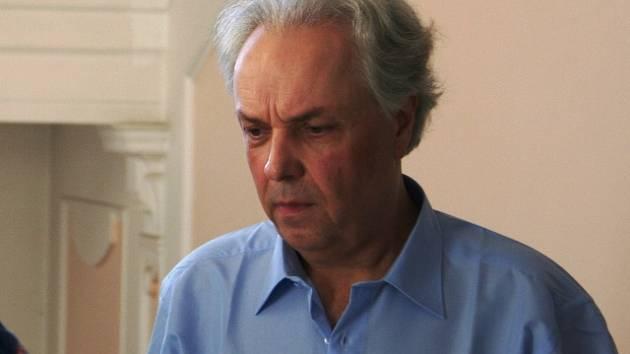 Obžalovaný doktor filozofie Bohdan Ptáček vstupuje do jednací síně. Společně s ním jsou souzeni další čtyři muži.