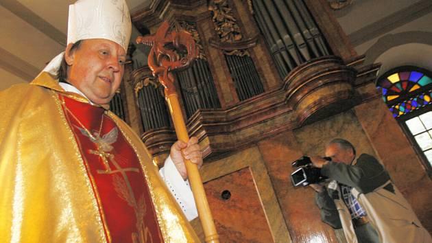 Biskup Pavel Posád vysvětil v Týně nad Vltavou v kostele sv. Jakuba renovovaně vyrhany, na kterí poprvé zahrál profesor Martin Horyna.
