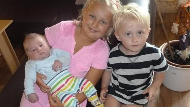 Šestiletá Petruška a dvouletý Tomášek se na snímku radují z bratříčka Daniela Josefa Hájíčka. Ten se narodil v pátek 28. června 2013 v 8 hodin a 20 minut. Na svět přišel s úctyhodnou porodní váhou 4,36 kilogramů a bydlet bude spolu s rodinou na Zavadilce