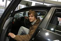 Přestože ještě nevlastní řidičský průkaz, dostal Jiří Mádl k ročnímu užívání nový automobil Seat Leon.