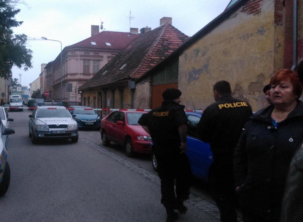 Policisté uzavřeli část Lipenské ulice. Místo zkoumal pyrotechnik.
